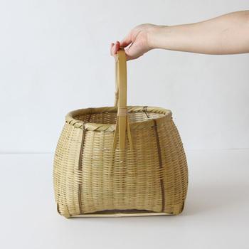 丸みを帯びた形が可愛い竹かご。名前の通り、竹を一本一本磨くことで艶が生まれています。使い続けることで色の変化も楽しめますよ♪ちょっとした買い物のお供にぴったり。