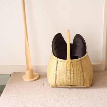 美しいかごは、見せる収納としても活躍します。来客用のスリッパを入れて玄関に置いておくと、取り出しがスムーズで便利!