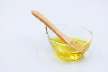 油っこいものや、乳脂肪分が多い生クリームやバターをたっぷり使った食べ物は胃に負担をかけるので、避けたほうが良いでしょう。揚げ物などの油をたくさん使った調理法より、煮たり蒸したりする料理のほうが胃にもたれにくくおすすめです。