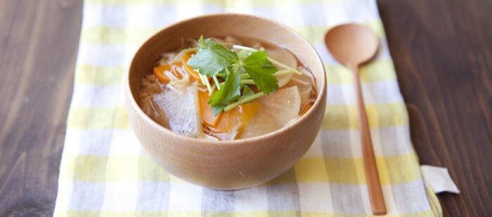 帆立の缶詰入りのあんをかけたあんかけごはん。野菜もたっぷり入っているから、これひとつでお腹も栄養も満足です。