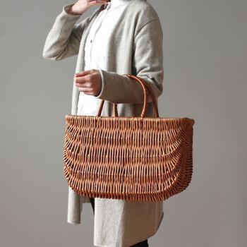 ラトビア生まれの柳でできたバスケットです。収穫した柳を加工し、編むまでにかかる時間はなんと半年!綺麗な編み目に思わず見とれてしまいます。サイズは幅42cm×高さ27cmで、収納力も十分。