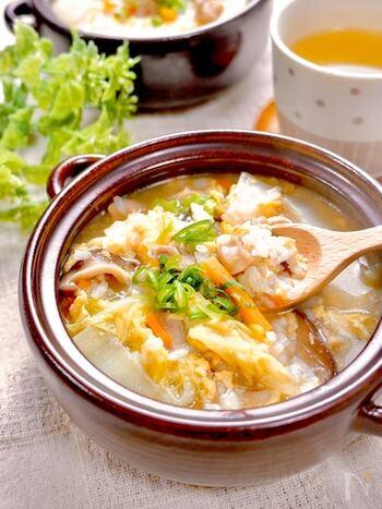 具だくさんの卵雑炊。鶏モモ肉と、あとは自宅にある残り野菜でOKです。