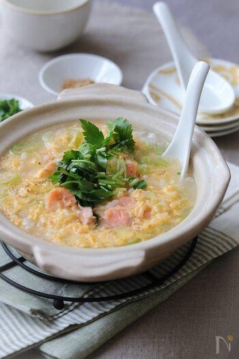 ほぐした塩鮭と溶き卵が入った雑炊。寒くて体の芯まで冷えたときや風邪気味のときに食べたい味です。
