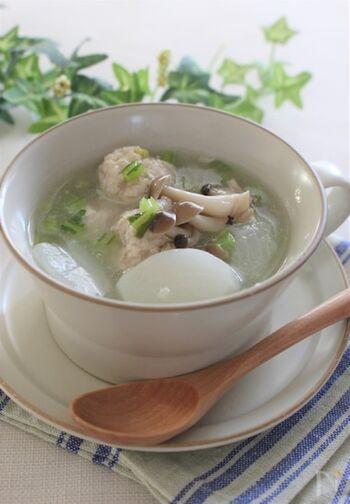 新鮮なカブをトロトロに煮たスープ。味付けは、シンプルに鶏がらスープの素のみ。鶏団子からも美味しいだしが出て絶品です。