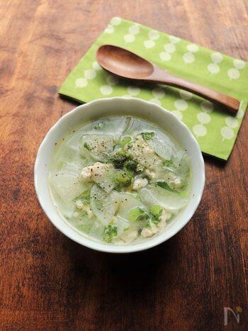 風邪気味の時や夜食などにおすすめな、大根に鶏の旨味が広がる、体をいたわるスープ。大根の葉を加えて緑をプラスして。