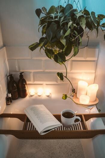 1日の疲れをとる場所、バスルーム。バスルームでの使い方は、小皿に垂らす方法や、お湯を入れたマグカップに垂らす方法があります。バスルーム全体に優しく香りが広がり、疲れた身体を癒してくれます。夜の静けさへと導く、お気に入りの香りを見つけましょう。