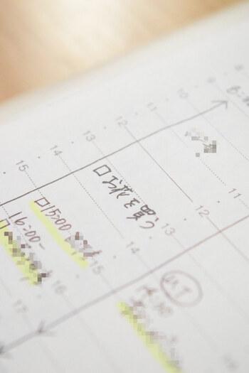 手帳にToDoリストを書き込むのは定番の使い方ですね。チェックボックスを付けてやることを書いていけばOK。終わったら☑印をつけると、一目で分かりやすくなります。こちらは、バーチカル手帳の時間軸にTodoを書いています。こうすると予定と時間管理が同時にできて便利。