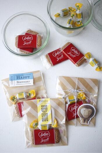 100均の透明袋とワックスペーパーを組み合わせたラッピング。ワックスペーパーを袋の大きさに合わせてカットし台紙代わりにすれば、お菓子を入れるのにぴったり。シールやマステを貼れば、アクセントになります。