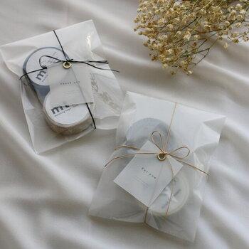 袋には透ける紙が入っていて、前後どちらに紙をのせるかによって、仕上がりの雰囲気が変わるのも◎お菓子や文房具のラッピングにいかがでしょうか?