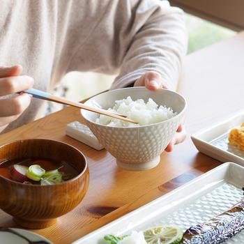 長崎県波佐見町のなかでも、古くから窯業が盛んであった波佐見町皿山郷にて、使い勝手の良い波佐見焼の陶磁器や磁器などのアイテムを多数展開している「aiyu(アイユー)」の「オリメ茶碗」。
