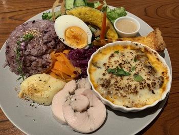 こちらは、日替わりのお惣菜が楽しめる、彩り野菜のデリプレート。数量限定のインスタ映えもする色鮮やかなプレートです。