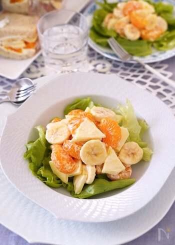 調味料はマヨネーズで和えるだけ!お手軽フルーツサラダです。冬が旬のリンゴと、年中手に入りやすいバナナとみかんの缶詰を使います。食べやすい大きさに切ったリンゴとバナナは、みかんと合わせることで変色防止に。お子さまでも食べやすく、パンにはさんで食べるのもおすすめです♪