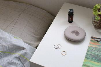 寝室で香りを楽しむなら、アロマストーンがおすすめ。アロマストーンは電気や火が必要なく、眠っている間も安心して使うことができます。経済的でどこでも使えて便利。旅行などの外出先でも、自宅と同じ香りで落ち着いて眠ることができます。