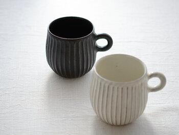 簡単に香りを楽しむ方法は、マグカップを使うこと。湯気から広がる植物のみずみずしい香りは、仕事に集中したい時や、休憩中に癒されたい時に香りを届けてくれます。ディフューザーほどの拡散力はありませんが、デスクや食後のお茶タイムのテーブルで楽しむことができます。