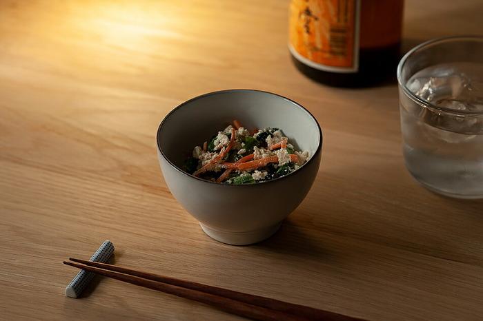 スウェーデンの人気陶芸作家であるヨナス・リンドホルム氏が手掛ける「White Line(ホワイトライン)」シリーズは、まるでお茶碗のようなフォルムで使いやすく、日本でも人気があります。