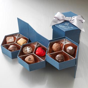 六角形のBOXと大きなリボンが素敵なチョコレート。こちらもリーガルホテルのオリジナルブランドのもの。蓋を開けると3段に開くような仕様になっており、1段ごとにさまざまなフレーバーのチョコレートを味わうことができます。