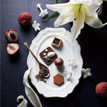 チョコレート一つ一つに異なる香りを持ち、アロマとチョコレートの魅力を掛け合わせたモロゾフのオリエンタルスイート。好きな香りを選ぶように、気分に合わせてお好きなチョコレートを選んで食べるのがおすすめ。パッケージラべルのがデザインもとてもおしゃれなので、友チョコにもおすすめ!