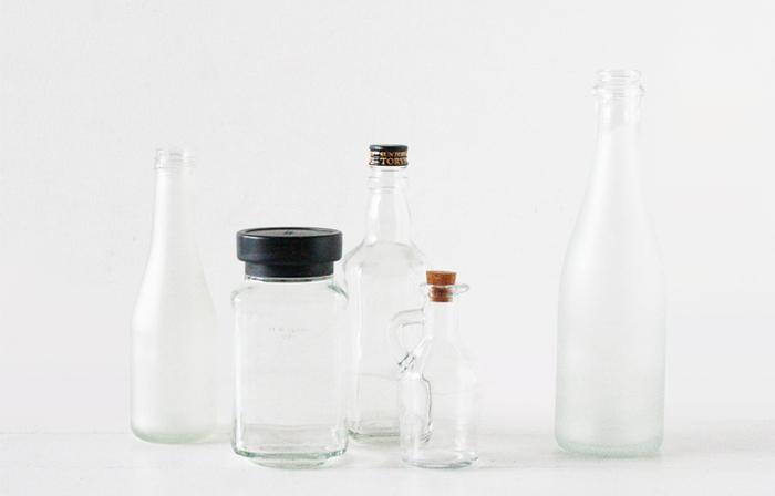 素材になるのは、形が気に入った瓶たちです。貯金箱にするなら、硬貨が入るかチェックしてからリメイクしましょう。ふたはコルクを使うとアンティーク感が出ますね。