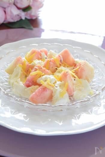 桃とモッツァレラチーズの組み合わせが絶品!ワインのおつまみにもおすすめのサラダです。レモンの皮をスライスした「レモンゼスト」が味の決め手なのだそう。モッツァレラチーズは手でちぎることで味がなじみやすくなります。レモンの爽やかな風味が漂う、桃の甘酸っぱさとクリーミーなチーズの味わいを堪能してみてはいかが。