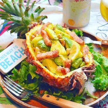 これぞ南国~♪パインとアボカドのサラダです。パイナップルの皮を器にして盛り付ければ、見た目も華やかに◎うれしい美肌効果が期待できる組み合わせのサラダです。おもてなしやパーティーにもおすすめですよ。
