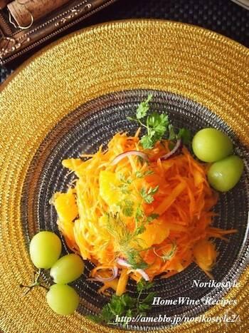 オレンジカラーで体も心も元気に♪柿とオレンジと人参を使ったサラダです。キャロットラペにフルーツをたくさん加えた、新鮮なおいしさを堪能できます。オレンジの甘さに柿のシャキッとした食感が絶品ですよ。