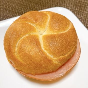 カイザーゼンメルを参考に作られたフランスパンに、ハムと玉ねぎが挟んであります。ハムのうまみとシャキシャキのオニオン、そこにマーガリンの塩気がちょどいい。京都で長年人気を誇り続けている、シンプルな美味しさのご当地パンです。