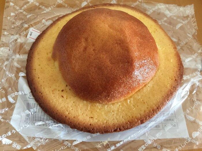 パッケージを開けてみると、つば広ハットのようなパンが現れます!丸い部分はふんわりと、周りはカリッとした食感。素朴な甘さが口いっぱいに広がります。