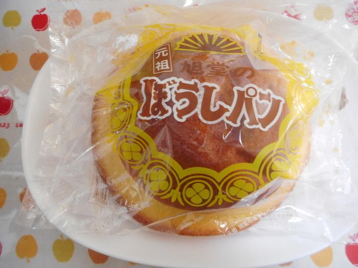 高知県のご当地パンは、永野旭堂(リンベル)の「ぼうしパン」。ネーミングの通り、帽子のような形が特徴です。メロンパンにビスケット生地をかけるのを忘れているのに気づき、急いでビスケット生地をかけて焼いたところ偶然できたんだそう。これをきっかけに県内の多くのパン屋さんが作るようになり、高知で大人気となりました。