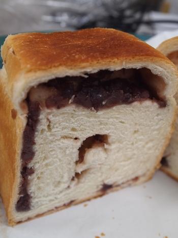 パンを切ってみると、粒あんがたっぷり。ふんわりとした食感とほどよい甘さが感じられ、軽くトーストして食べると、焼き立てのような味わいを楽しめます。朝食にはもちろん、おやつにもぴったりです。