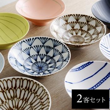 白山陶器のデザイナーである森 正洋氏が『毎日使う、日常の器こそが、一番大事な器』という思いから、椀の内側が広く見えて楽しめるようにと、デザインされています。直径15cmと一般的なサイズよりも大ぶりの茶碗は、柄も実に豊富。