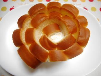 ふんわり花咲く形が美しく、職人さんによってひとつずつ丁寧に巻かれたパンはやわらかで、優しい甘さのバタークリームがなめらかな口当たり。素朴な味に懐かしさを感じます。