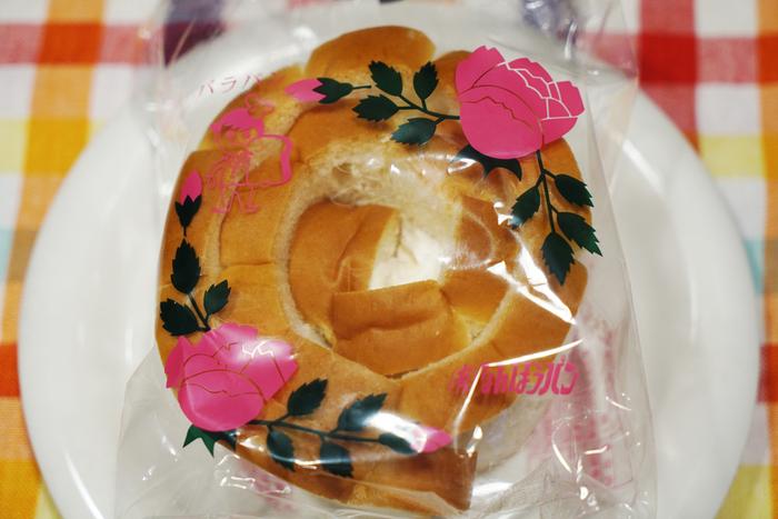 """島根県のご当地パンは、なんぽうパンの「バラパン」。昭和24年に""""バラのようなパンを作りたい""""という想いから生み出され、今も製造方法を守り全て手作りで作られています。味はもちろん、バラのようなフォルムやレトロなパッケージも当時のまま。"""