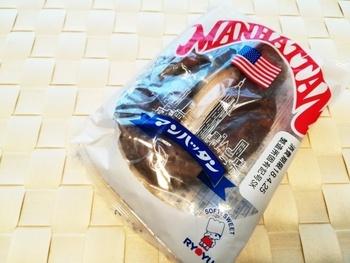 福岡県のご当地パンは、リョーユーパンの「マンハッタン」。1974年の発売以来、大人気のロングヒット商品でスーパーにも陳列するほど福岡県民にとってお馴染みです。名前は、ニューヨークのマンハッタンの商品を参考に商品開発をしたことが由来で、どちらかというとドーナツ風ですが、菓子パンのひとつとして愛されています。