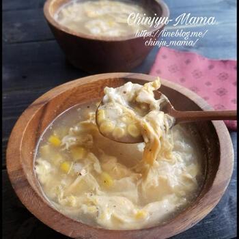こちらは、ユニークなお餅の使い方をしているレシピです。ベースのコーンと卵のスープは、和風だしを使った味わい。お餅を小さく薄くスライスしてから、一緒に煮こんで溶かしてとろみを出しています。そのため、水溶き片栗粉が不要なのだそう♪お餅の量を工夫して、お好みのとろみ加減にしてみましょう。