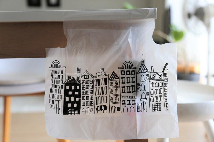 お部屋にゴミ箱を置かないというお家でも、あると重宝するのがペタッとゴミ袋。壁際やデスク、テーブルサイドなど好きな場所に貼って使えます◎ 絵柄もモノトーンでおしゃれです。