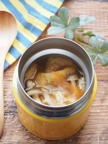 カレースープにお餅を入れて食べるのもおすすめの食べ方です。こちらのスープは、カレールーを使うので簡単にできますよ。お餅は油揚げの中に入れて餅きんちゃくにしましょう。餅きんちゃくは爪楊枝で留めていますが、食べる時に取るのが面倒な方はかんぴょうで縛る方法で作ってみてください。お餅が溶け出さないので煮込んでもしっかりお餅を楽しめます♪