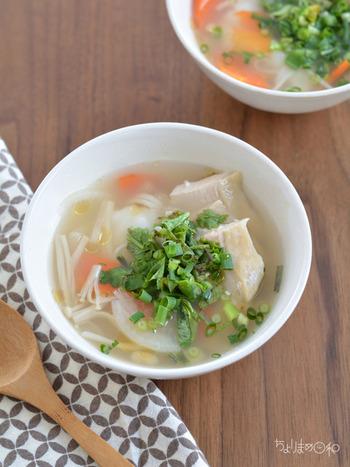 こちらは、お好みの野菜で作れるエスニックスープです。冷蔵庫の残り野菜を上手に使ってみましょう。ナンプラーやパクチーを加えるとエスニック風味になります。お餅はスープで柔らかくなるまで煮ましょう。お餅が主役のレシピなのだそう♪蒸し鶏など、トッピングを追加するとボリュームもアップします。