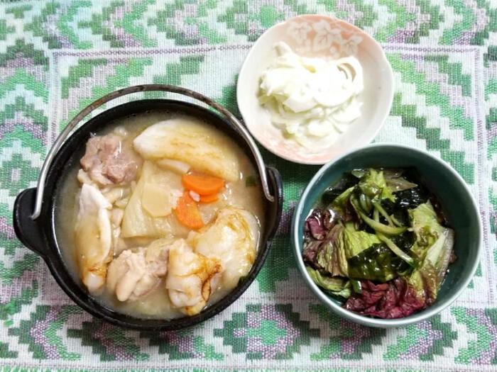 韓国料理のひとつ参鶏湯は、もともともち米を使うレシピなので、お餅との相性も良いんです♪こちらは、手羽元と鶏もも肉で作る参鶏湯風のスープにお餅を入れたレシピ。スープを作ってから焼いたお餅を加えればOKです。鶏肉の旨みと一緒にもちもちのお餅を頂きましょう♪