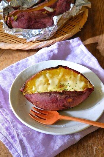 焼き芋に切れ目を入れて、バター、はちみつ、チーズを入れてトースターで温めるだけの簡単レシピ。便秘解消にいいといわれるさつまいもと、栄養価の高いチーズをおいしくいただけるスイーツです。
