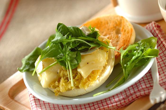 イングリッシュマフィンに、ペースト状にした焼き芋とチーズを乗せた朝ごはんにぴったりなレシピです。チーズはカマンベールを選ぶことでコクがアップして一味違う味わいに。あらびき胡椒が全体をピリッと引き締めてくれますよ。
