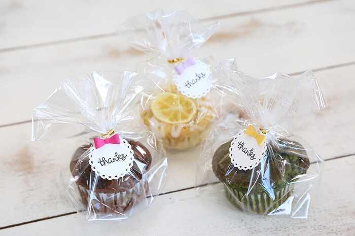 手作りのお菓子を配る時は、透明の袋に入れてタグを添えるだけでお店で買ったような仕上がりになります。ワイヤー入りのタイで結べばパパっとできるので、大量に用意する時にも便利。カップケーキを包む場合、袋の底を折り込んでとめるとスッキリ見えますよ。
