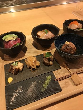 """京都産のお肉にこだわった、黒毛和牛、都豚、京赤地鶏の3種類のミニ丼ランチセット。その他にもおばんざいのように少しずつ違ったお料理を楽しめる""""肉ばんざい""""や""""肉飛龍頭""""など、お肉好きにはたまらない上品なお料理を堪能できます。"""