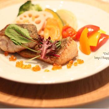 モロッコの万能調理器具「タジン鍋」を使った蒸し野菜のホットサラダ。鮭のムニエルと合わせて、豪華なひと皿になっています。