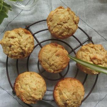 マフィンの生地に潰した焼き芋を混ぜ込んで焼くレシピです。ホットケーキミックスをベースに使うので、膨らまない、といった心配もありません。メープルシロップやはちみつをかけてアレンジも楽しめますよ。