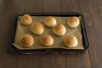 今回ご紹介する「こねないパン」は、生地をボウルの中で混ぜるだけだから、短時間で簡単に作れるパンなんです。さっそく基本の作り方をみていきましょう。