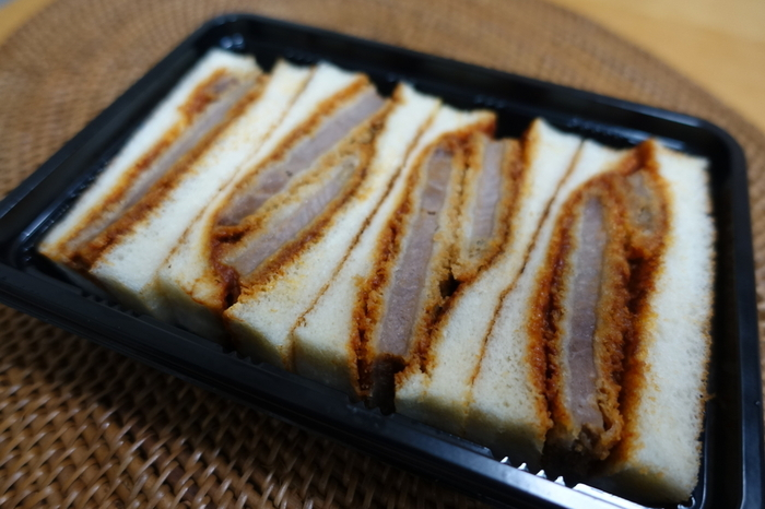 志津屋では「元祖ビーフカツサンド」も人気なんです。創業以来ずっと味を守り続けているカツサンドは、肉を2枚重ねボリュームたっぷり。カルネと一緒にぜひ味わってみてください♪