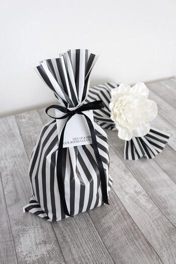 ダイソーで手に入るモノトーンのストライプ柄バッグを使えば、シンプルに包むだけでもおしゃれに♪リボンやタグなども黒と白で統一するのがポイントです。