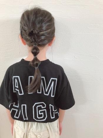 髪の毛の上半分を結んでくるりんぱしたら、下の髪の毛と合わせてひとつに結び、再度くるりんぱ。バランスを見ながらゴムで中間を結び、髪の毛を引き出してたまねぎヘアーにしたら完成!たまねぎヘアーの部分は、結ぶ数や場所などを髪の長さに合わせて調整しましょう。