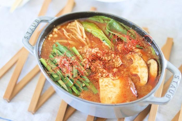 鍋の素と水、お好きな具材を煮込むだけで簡単なのに味は本格的!胡麻と味噌の濃厚なスープが具材に染み渡ります。〆に麺やごはんを入れて、最後まで美味しくいただきましょう。