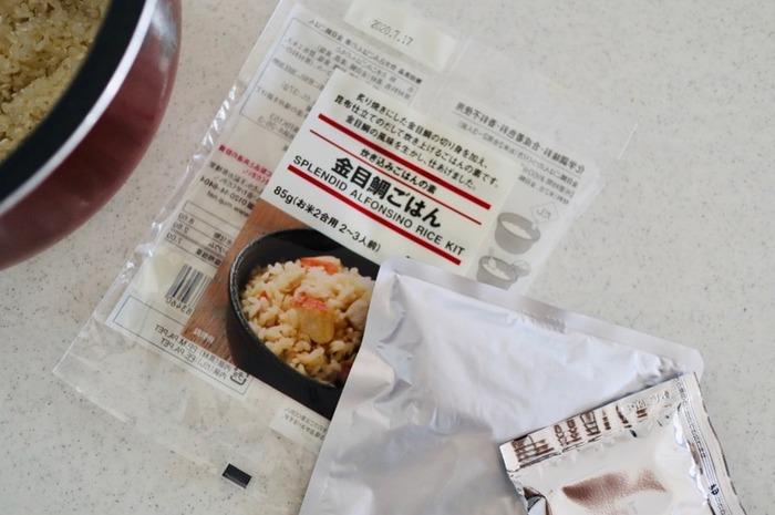 高級魚である金目鯛を使ったごはんの素。作り方は、炊飯器に洗ったお米と素を入れて、水を加えてスイッチを押すだけなので簡単。炙って焼いた切り身が入っていて、昆布だしが上品で炊きたては香りも最高です。